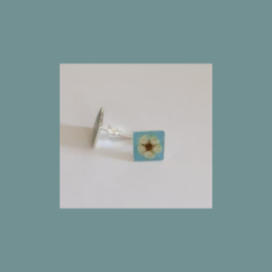 Colorful button-earrings with a flower